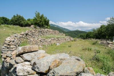 Περιήγηση στα ερείπια των παλαιών μοναστηριών στο Παπίκιο
