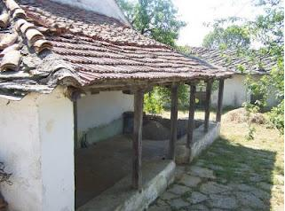 Εκκλησία Αγίου Αθανασίου  και το σχολείο της ενορίας - χωριό Che